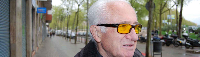 Hombre con gafas de filtros especiales
